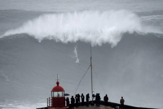 Depuis que le célèbre surfer brésilien Carlos Burle a réussi à affronter une vague monstrueuse de 100 pieds dans le nord du pays, à Praia do Norte - un record, dit-on -, le Portugal se veut LA destination européenne des amateurs de surf. (Photo Francisco Leong, Archives AFP)