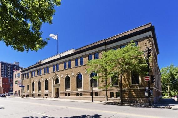 Le Mortimer B. Davis Memorial Building, construit par Ross et Macdonald en 1929 à la mémoire de cet homme d'affaires et mécène montréalais, a d'abord servi de YMHA, puis de pavillon universitaire. Soigneusement rénové, il a été transformé en condos par le promoteur Mario di Palma en 2010. (Photo Sothebys International Realtor Québec)