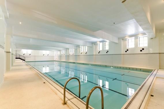Grâce au travail de recherche réalisé par l'architecte Luce Lafontaine, administratrice d'Héritage Montréal, les rénovations ont dû être faites selon les règles de l'art : on a ainsi conservé la piscine de 25 m de long en l'état. Un véritable cadeau pour les occupants. (Photo Sothebys International Realtor Québec)