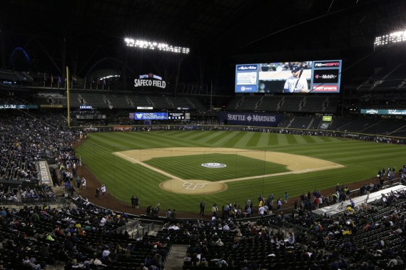 Les Mariners jouent dans un stade ultramoderne, le Safeco Field, qui, avec son toit rétractable, a tout pour faire rougir d'envie l'amateur de baseball montréalais. (Photo Ted S. Warren, Archives AP)