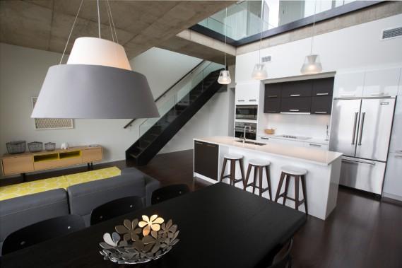 Cet appartement-terrasse hors de l'ordinaire est aménagé sur deux niveaux, dans la troisième phase du complexe Place des Nations. Les électroménagers haut de gamme sont inclus. (Photo François Roy, La Presse)