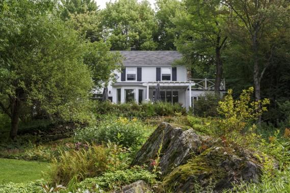 La propriété est située sur le flanc d'une colline. La vue de la maison donne sur les jardins et les bois. On a l'impression d'être très loin dans la forêt alors qu'on est à quelques minutes du très charmant village de Knowlton. (PHOTO ULYSSE LEMERISE, COLLABORATION SPÉCIALE)