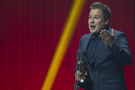 Stéphane Bellavance a gagné le premier prix de la soirée, pour l'animation de l'émission jeunesse<em>Arrange-toi avec ça</em>. (Olivier Jean, La Presse)