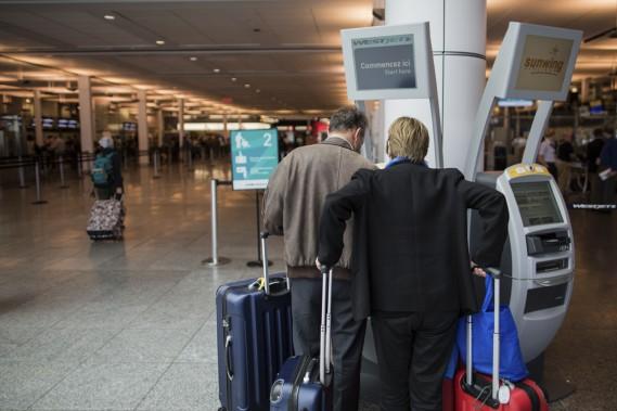 Pour obtenir leur carte d'embarquement, environ 35% des passagers utilisent les bornes installées à Montréal-Trudeau. (PHOTO EDOUARD-PLANTE-FRÉCHETTE, LA PRESSE)