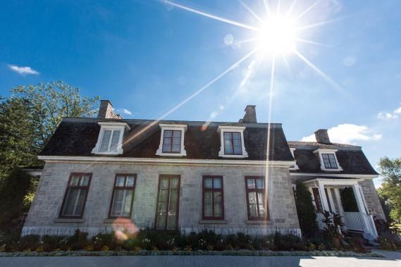 La maison Garth, construite en 1833 et située à une courte distance de la grange-étable, a été substantiellement transformée en 1861. Elle a alors été dotée d'un toit mansardé. (PHOTO: OLIVIER PONTBRIAND, LA PRESSE)