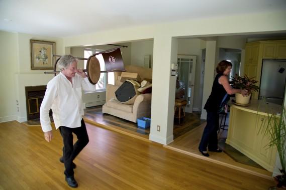 On voit André Brunet et Marie Adam, au début de septembre, au moment des travaux de remise en place finale de leur duplex, à la suite du tournage de la troisième saison d'<em>Un sur 2</em>. (Photo Alain Roberge, La Presse)