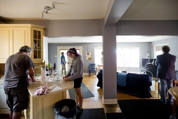 Une vue de la cuisine ouverte sur le salon, au rez-de-chaussée du duplex d'André Brunet et de Marie Adam, pendant le tournage, en août. (Photo Marco Campanozzi, La Presse)