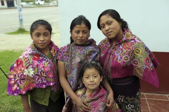 À Zinacantan, de jeunes amérindiennes Toztil se font photographier vêtue de leurs habits traditionnels hauts en couleur et en grâce. (Photo Martin Chamberland, La Presse)