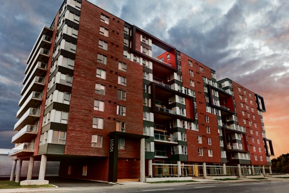 Le complexe Alinéa atteint 10 étages et est déjà en grande partie habité. Sa construction marque le début de la transformation et de la modernisation de Montréal-Nord. (Photo Marc-Olivier Bécotte, fournie par la SHDM)