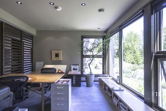 Le bureau situé au rez-de-jardin offre une lumière abondante, une vue agréable et internet, installé exceptionnellement dans un coin pourtant très reculé. (PHOTO FOURNIE PAR SOTHEBYS REALTY INTERNATIONAL QUÉBEC)