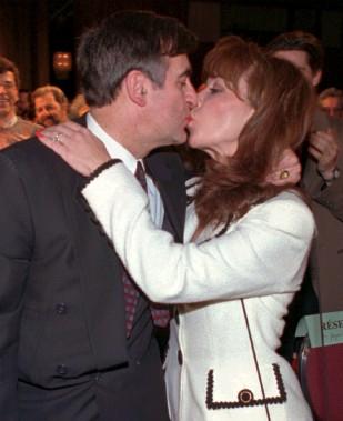 Lucien Bouchard embrasse sa femme Audrey lorsqu'il devient chef en 1996. (Achives Le Soleil)