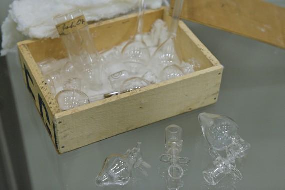 Appareil pour extraire les ovules d'une lapine, Québec. Deuxième moitié du XX<sup>e</sup> siècle. L'appareil qui comprend 22 pièces (verre) a été réalisé par le souffleur de verre Fernand Bouchard de l'Université Laval. Collections de l'Université Laval (Le Soleil, Pascal Ratthé)