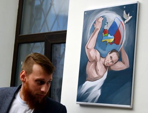 À Moscou, une exposition présente sous forme de peintures les «douze travaux de Poutine» en référence aux exploits du demi-Dieu Hercule de la mythologie romaine. (PHOTO VASILY MAXIMOV, AFP)