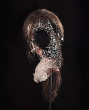 Cette tête à l'allure monstrueuse s'intitule <em>Sarah Altmejd (2003)</em>, du nom de la soeur de l'artiste. Le parcours de l'exposition parisienne débutera par ce buste comprenant un trou noir à la place du visage et qui représente le néant, «un genre de Ground Zero», dit David Altmejd. (Photo: founrnie par la Galerie Andrea Rosen)