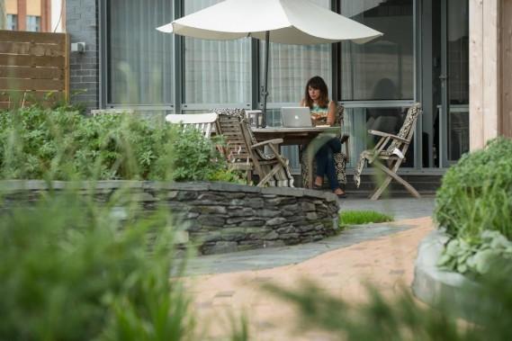Le condo de Jenyfer Maisonneuve, au rez-de-chaussée de la cinquième phase du Solano, a une superficie de 500pi<span>2</span>. La jeune femme ne s'y sent pas à l'étroit, car sa terrasse privée est ouverte sur le jardin aménagé pour tous les copropriétaires. ()