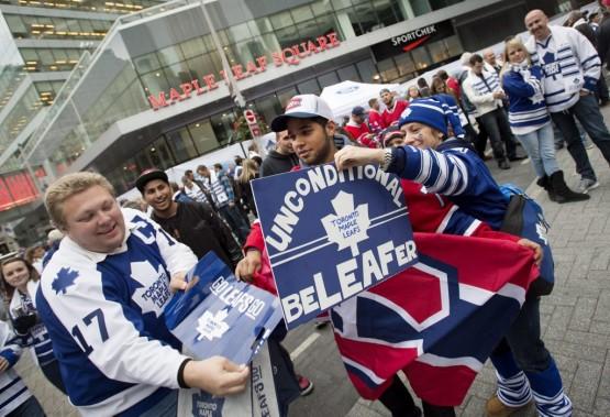 Des fans des Maple Leafs et des Canadiens se narguent mutuellement devant le Air Canada Centreavant le début du match. (PC)