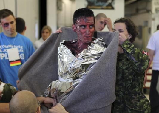 Ranjit Singh Lotay est un des militaires qui est aussi figurant pour l'exercice. Il a été maquillé en grand brûlé. (Photo: Martin Chamberland, La Presse)