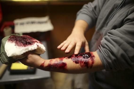 Un homme vient de se faire maquiller le bras. (Photo: Martin Chamberland, La Presse)
