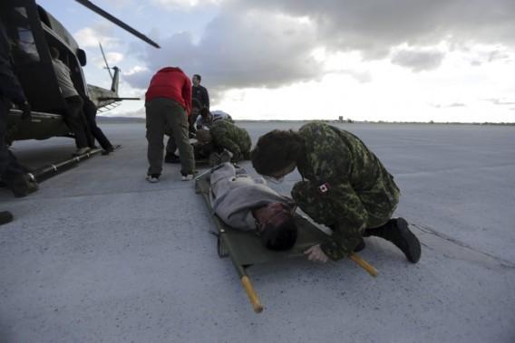 Une militaire discute avec Ranjit Singh Lotayavant le décollage. (Photo: Martin Chamberland, La Presse)