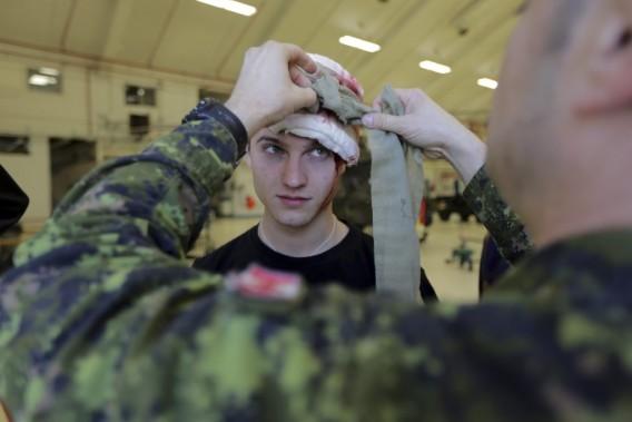 Un homme est maquillé pour être un faux blessé lors de l'exercice. (Photo: Martin Chamberland, La Presse)