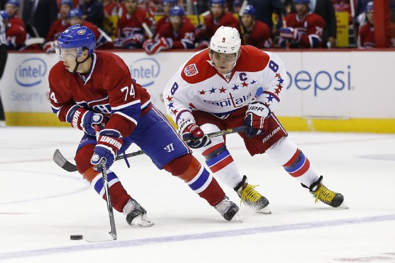 Alexei Emelin tente de semer Alex Ovechkin des Capitals. (Photo Geoff Burke, USA Today)