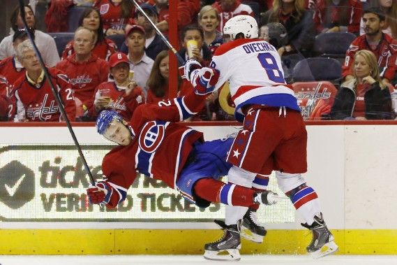 Alex Ovechkin plaque solidement le joueur du Canadien Jiri Sekac . (Photo Geoff Burke, USA Today)