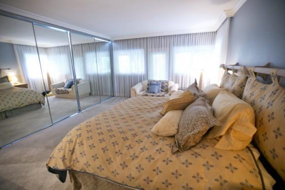 Les cinq chambres sont de bonne dimension. Celle-ci sert aux propriétaires. Le rangement recouvert de miroirs a été ajouté. (PHOTO DAVID BOILY, LA PRESSE)