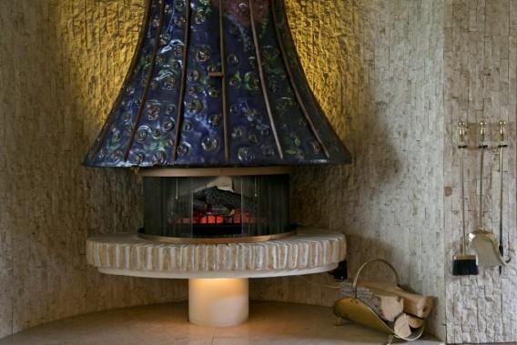 Ce foyer dans le salon est une sculpture unique. Elle a été conçue selon une méthode artisanale très en vogue dans les années 60. (PHOTO DAVID BOILY, LA PRESSE)