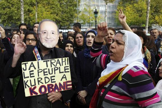 Des Kurdes protestent contre les attaques de l'État islamique contre la ville de Kobané. (Associated Press)