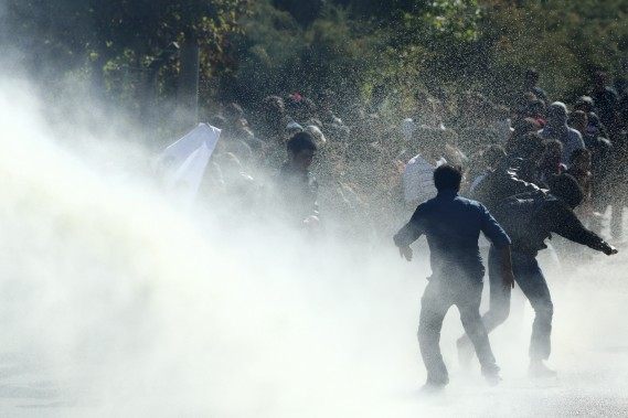 Une manifestation anti-État islamique en Turquie dégénère. Policiers et manifestants se font face, les premiers chassant les deuxièmes à grande eau. (Associated Press)