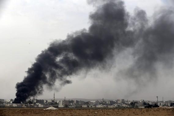 Une dense fumée noire s'élève de la ville de Kobané. (Associated Press)