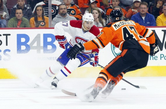 Rene Bourque tente de déjouer le défenseur des Flyers Andrew MacDonald. (Photo Chris Szagola, AP)