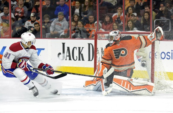 Le gardien Ray Emery bloque le tir de Lars Eller. (Photo  Eric Hartline, USA Today)