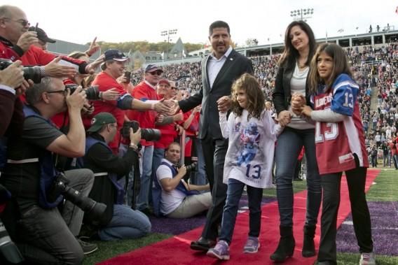 Accompagné de sa femme Alexia et de ses filles Olivia et Athena, Calvillo a vu son nom et son numéro entrer dans la légende. (Photo David Boily, La Presse)