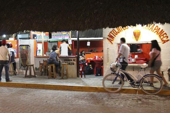 Les taquerías s'enchaînent sur plus de 1 km dans l'avenue principale de Tulum. (Photo William Antozzi, collaboration spéciale)