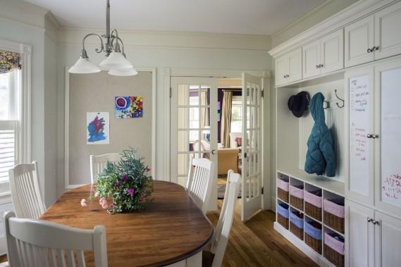Dans cette demeure aménagée par la firme Cummings Architects, l'entrée secondaire est juste à côté de la salle à manger familiale, d'où l'idée d'y installer le vestiaire. (Photo fournie par Eric Roth)