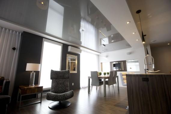 Le plafond tendu Extenzo, installé au-dessus du salon et de la salle à manger, donne l'impression que le condo est encore plus grand qu'il ne l'est. (Photo François Roy, La Presse)