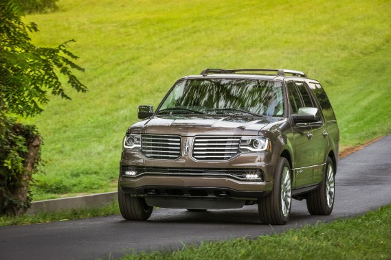 Lincoln Navigator - À partir de 75 110 $ - Avec sa nouvelle calandre qui ressemble à celles des autres produits Lincoln, le Navigator fait peau neuve. Il laisse de côté le moteur V8 au profit d'un V6 EcoBoost de 3,5 litres. (Photo Lincoln)