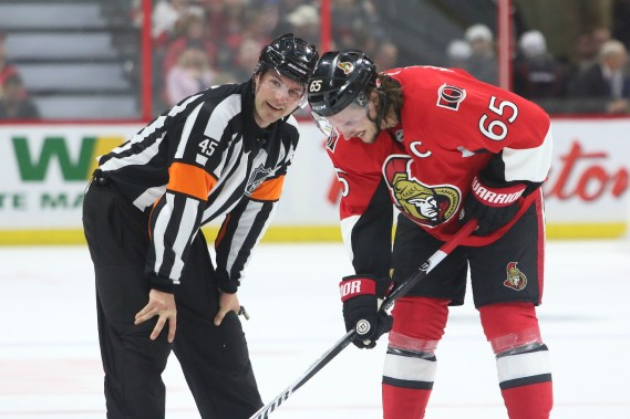Jon McIsaac en discussion avec Erik Karlsson. (Patrick Woodbury, LeDroit)