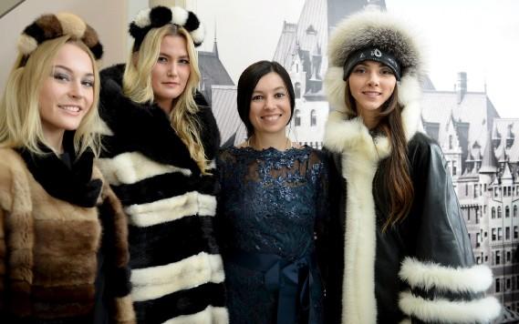 Entourée de ses mannequins, la designer Lesya Masyuk propose une vision moderne et créative de la fourrure recyclée. (Le Soleil, Erick Labbé)