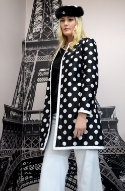 Un esprit rétro! Manteau réversible en vison à impressions de pois noirs et blancs. (Le Soleil, Erick Labbé)