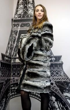 Manteau de chinchilla gris monté sur une base de cuir dont le capuchon se transforme en manchon. (Le Soleil, Erick Labbé)