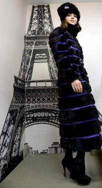 Ce manteau long fait de vison noir avec insertions de cuir violet renouvelle la coupe classique. (Le Soleil, Erick Labbé)