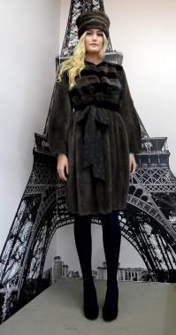 Manteau de style «trench» fait de fourrure de vison gris charbon et noire, avec une ceinture à pois. (Le Soleil, Erick Labbé)
