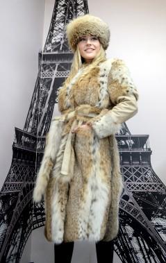 D'allure urbaine, le manteau de style «lynx» se modernise par l'ajout de manches en cuir. (Le Soleil, Erick Labbé)
