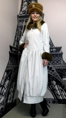 Rare sur le marché, la fourrure de zibeline a été réutilisée pour confectionner les garnitures sur ce manteau en cuir blanc. (Le Soleil, Erick Labbé)