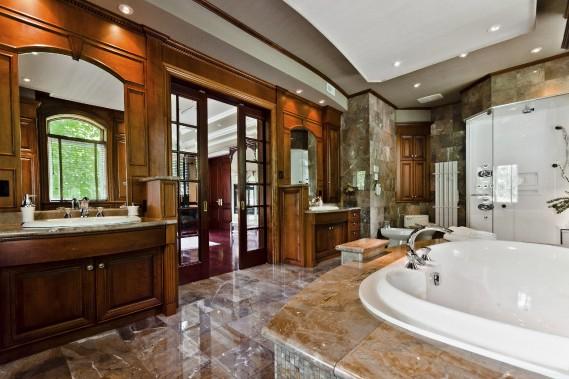 Monsieur n'a pas lésiné sur les caractéristiques de la salle de bain: il s'est accordé énormément d'espace, au point d'avoir deux tables-lavabos, une imposante baignoire et une douche séparées, un bidet et beaucoup de dégagement; le tout enjolivé de marbre du plancher au plafond! (PHOTO FOURNIE PAR RE/Max SIGNATURE)