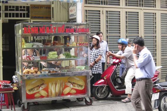 Dans la rue Huynh Khuong Ninh, arrêtez-vous au kiosque Banh Mi Bay Ho qui propose un délectable sandwich vietnamien. (Photo Rodolphe Lasnes, collaboration spéciale)