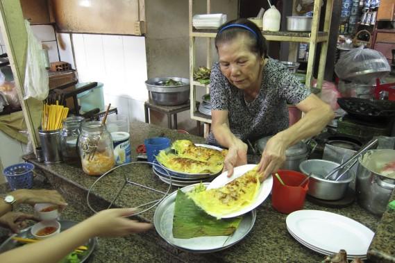 De passage au marché Ba Chieu, c'est l'occasion de déguster un banh xeo au kiosque 89. (Photo Rodolphe Lasnes, collaboration spéciale)