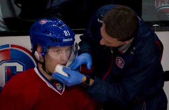 Lars Eller se fait soigner sur le banc des siens en 2e période. (André Pichette, La Presse)